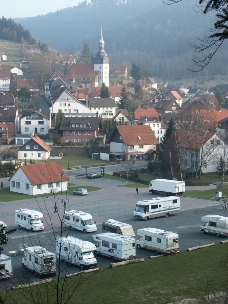 Ortsblick vom Bromberg mit Wohnmobil-Stellplatz und Tourist INFO