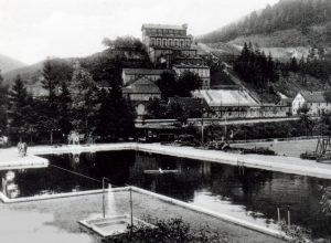 Waldfreibad und hinten Erzaufbereitung mit Fahrstuhl 1935